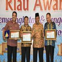 Mantap, Bupati Amril Terima Penghargaan KI Award Riau 2017