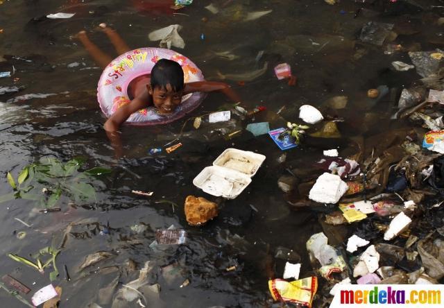 Potret keceriaan anak-anak Asia bermain di lingkungan kumuh